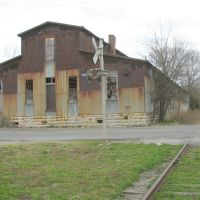 Rusty old building at railroad crossing, Шелбивилл