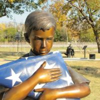 Bronze Sculpture of boy with US flag at Liberty Plaza, Фармерс-Бранч