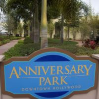 Joli petit parc sur Hollywood Blvd. Nice Oasis Downtown Hollywood, FL., Голливуд