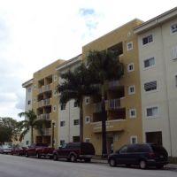 Sunshine Condominium Building-E 3rd St, Майами-Спрингс