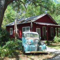 little red schoolhouse with truck, Micanopy, Florida (3-2006), Миканопи