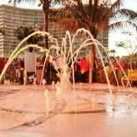 Nouvelle fontaine rafraîchissante pour petits et grands. Lets cool young and old kids under the new Fountain, Pompano Beach, Florida, Си-Ранч-Лейкс