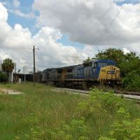 CSX Transportation Freight Train, with GE C40-8W No. 7871 in the lead, passes the Amtrak Station at Winter Haven, FL, Элоис