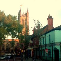 CHURCH AND PUB, ASHTON UNDER LYNE, LANCASHIRE, ENGLAND, UK, Аштон-андер-Лин