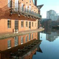 Building Reflection In The Canal. Birmingham, Бирмингем