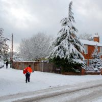 Delivering post in the snow. Horsell High St, Вокинг