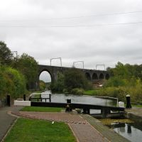 Oxley Viaduct (Grade II Listed Building) passing over the Birmingham Canal Main Line, Вулвергемптон