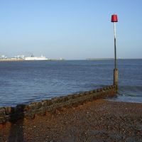 English Channel Ferry leaving Port, Dover Harbour Beach, Kent, United Kingdom, Дувр