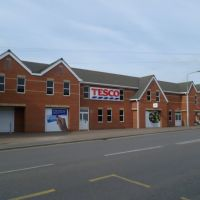 tesco supermarket, made to look like a row of small shops, the type they have destroyed. gaywood, kings lynn, norfolk, june 2012., Кингс-Линн
