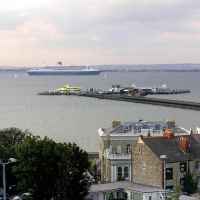 Queen Mary 2 passing Ryde Pier, Райд