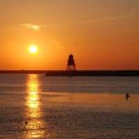 Beautiful golden sunrise over Herd Groyne, South Shields, Саут-Шилдс