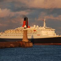 QE2 passing the North Pier, Tynemouth, Саут-Шилдс