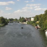 The river Thames looking towards Staines bridge from the railway bridge, Стайнс