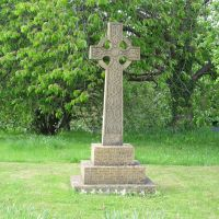 Loxley, Warwickshire, England. This Celtic style cross is the village war memorial for WWI and WWII.  27th May 2013., Стратфорд-он-Эйвон