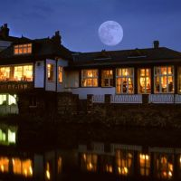 Fishery Inn with Full Moon, Хемел-Хемпстед