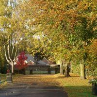 Ecclesfield Park looking towards Church Street in autumn, Sheffield S35, Чапелтаун