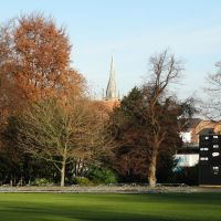 Looking from the cricket ground in Queens Park towards Chesterfield Parish Church, Честерфилд