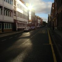 Queen Street looking towards sun reflecting off building in Bank Street, Sheffield S1, Шеффилд