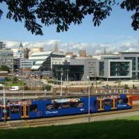Supertram passing Sheffield railway station with the city centre behind, Sheffield S2/S1, Шеффилд