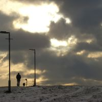Taking the dog for a walk on a snowy Skye Edge, Sheffield S2, Шеффилд