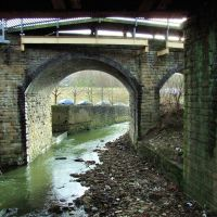 Bradford Beck passes under the railway bridges on Briggate, Шипли