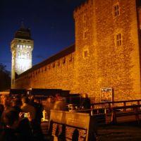 Cardiff Castle gates at night, (Caerdydd, Cymru), Кардифф