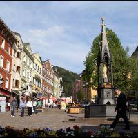Der gußeisene Marienbrunnen aus dem Jahr 1863 steht am Unteren Stadtplatz in der Altstadt von Kufstein in Tirol, Куфштайн