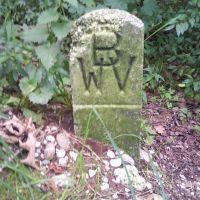 Markierungsstein am Wegesrand, Велс