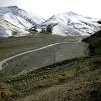 La route vers Xinaliq en avril, Алунитаг