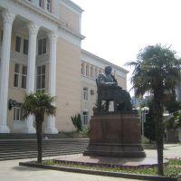 27.05.2007 Bakı, Üzeyir Hacıbəhovun Musiqi Akademiyasının qarşısında heykəli, Баку