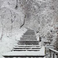 Avasi kilátóhoz vezető lépcső, egy havas vasárnap reggel, Мишкольц