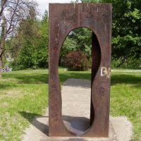 A szobor címe: Időbejárat - alkotó: Galántai György, Дунауйварош