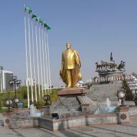 Statute of Saparmurat Niyazov in 10 Yul parki, Ашхабад