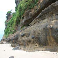 Vách đứng cấu tạo bằng đá phun trào núi lửa bazan ở đảo Lý Sơn, Винь