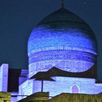 Boukhara : Coupole turquoise de la mosquée Kalan illuminée, Бухара