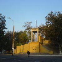 "У центрального входа на стадион ""Металлург"", Алмалык"