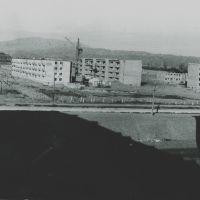 Вид на горы за металзаводом весной 1977 года из окна дома № 20 в 11 микрорайоне., Бакабад