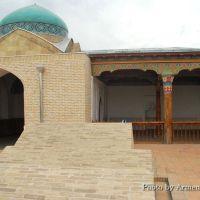 Усыпальница Дахма-и-Шахон. Ансамбль состоит из трех частей: купольного помещения с порталом, мечети-айвана и фамильного кладбища. Усыпальница окружена забором, здесь есть айван для чтения молитвы и несколько могил, в одной из которых захоронен Умархан., Коканд
