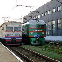 ЕР2Т-7112 и ВЛ8М-1594 возле депо., Дебальцево