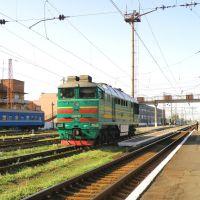 2ТЭ116-1510,а сзади него здание локомотивного депо., Дебальцево