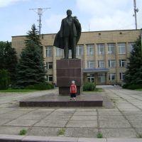 памятник В.И. Ленину,а рядом мой сын., Новоазовск