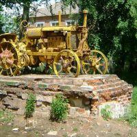Трактор возле бывших мастерских «Сельхозтехники»., Лугины
