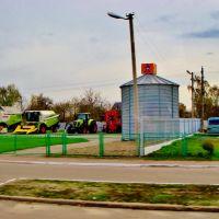23.04.2012 16:41 Одесское шоссе.  Сельхозтехника на площадке в п.г.т.Гребенки., Гребенки