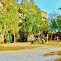 Ул.Бударина. Детская площадка во дворе пятиэтажного кирпичного дома., Дымер