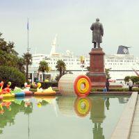 Ukraine,  jeux sur le plan deau avec la statue de Lénine vue de dos près au port de Yalta, Массандра