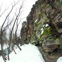 Скальная гряда вдоль берега, Вахрушево
