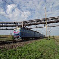 скорый поезд проезжает под очередным пучком труб АМК, Коммунарск