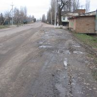 Druzhby Narodov street. Ukraine is on the left and Russia is on the right side, Меловое