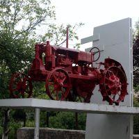 Old traktor. Старый трактор у техникума в Новом Буге., Новый Буг