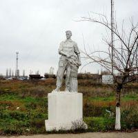 Tractor-driver. Sculpture.  Скульптура тракториста у МТС в Снигирёвке., Снигиревка